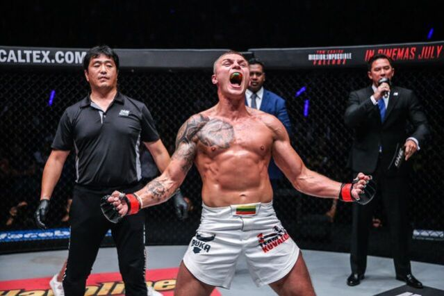 Atsushi Onari, Sergej Maslobojev, Dominic Lau (© ONE Championship)