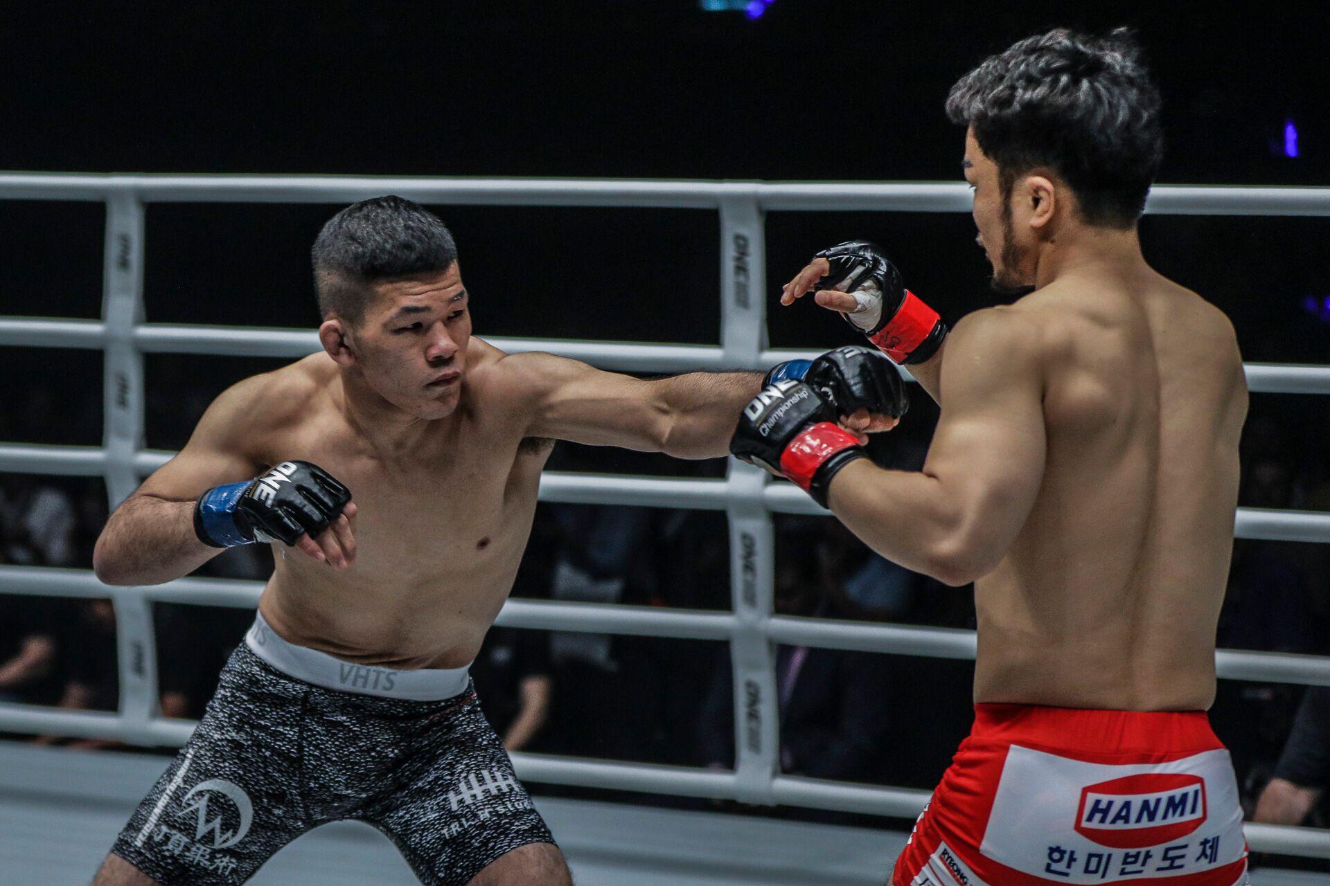 Shuya Kamikubo punching Dae Hwan Kim