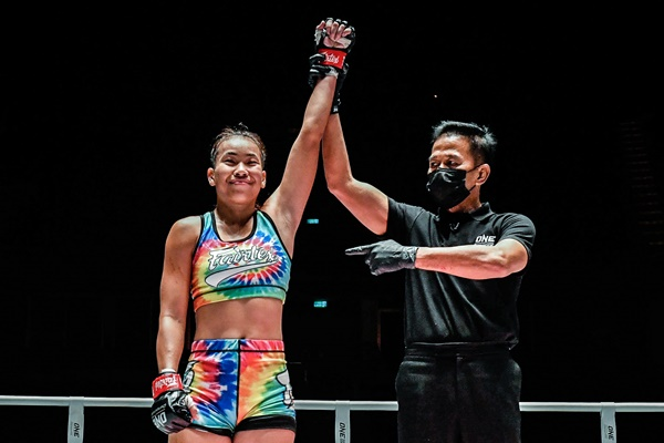 Wondergirl Fairtex, Yongsak Na Songkhla (©ONE Championship)