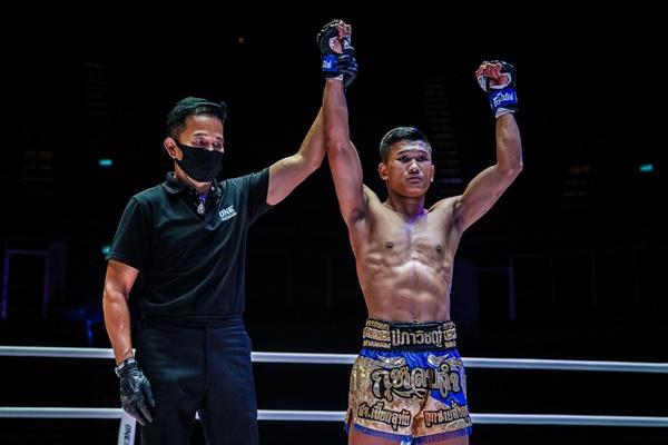 Yongsak Na Songkhla, Kulabdam Sor. Jor. Piek Uthai (©ONE Championship)